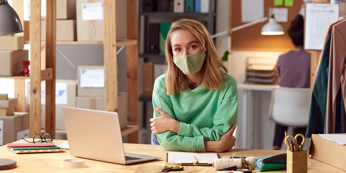 Portrait of young businesswoman in protective mask looking at camera while working at office Schlagwort(e): Adult, Business, Business Person, Businesswoman, Busy, Casual Clothing, Caucasian Ethnicity, Clothing, Computer, Confidence, Craft, Creativity, Design, Design Professional, Desk, Expertise, Fashion, Indoors, Industry, Internet, Laptop, Looking, Modern, New Business, Occupation, Office, People, Place of Work, Professional Occupation, Small Business, Technology, Textile Industry, Wireless Technology, Women, Working, Workshop, Tailor, Designer, Design Occupation, Protective Mask, Pandemic, Epidemic, adult, business, business person, businesswoman, busy, casual clothing, caucasian ethnicity, clothing, computer, confidence, craft, creativity, design, design professional, desk, expertise, fashion, indoors, industry, internet, laptop, looking, modern, new business, occupation, office, people, place of work, professional occupation, small business, technology, textile industry, wireless technology, women, working, workshop, tailor, designer, design occupation, protective mask, pandemic, epidemic