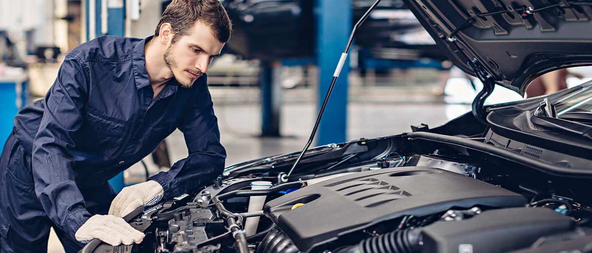 Auto car repair service center. Mechanic examining car engine Schlagwort(e): mechanic, auto, car, repair, service, shop, engine, garage, workshop, worker, industry, inspection, technician, check, maintenance, motor, man, uniform, fixing, portrait, mechanic, auto, car, repair, service, shop, engine, garage, workshop, worker, industry, inspection, technician, check, maintenance, motor, man, uniform, fixing, portrait